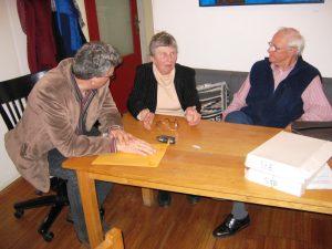 Gesprek aan tafel bij Patocka Instituut Praag met dochter Patocka, Chvatik, Verkijk en Grünbauer