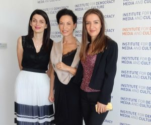 Institute for Democracy, Media and Culture, Tirana, Albanië. Jolina Godole (midden) met twee medewerkers.