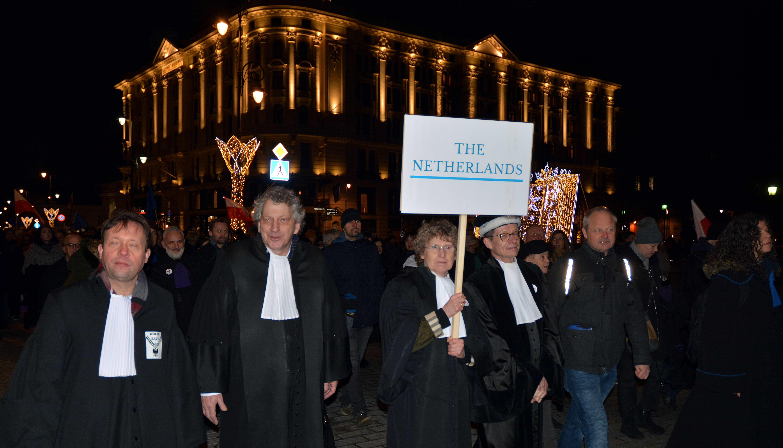 Nederlandse rechters demonstreren in Warschau-Polen op 11 januari 2020 tegen schending van de Poolse rechtspraak. Credit: Grand Warszawski / Shutterstock.com